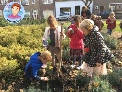 Wormen vangen met kleuters voor een wormenhotel, kleuteridee.nl, Kindergarten worms theme