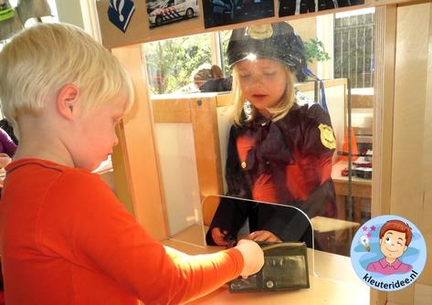 Rollenspel met kleuters, thema politie, politiebureau, gevonden voorwerpen 2, kleuteridee.nl, Kindergarten , Police theme