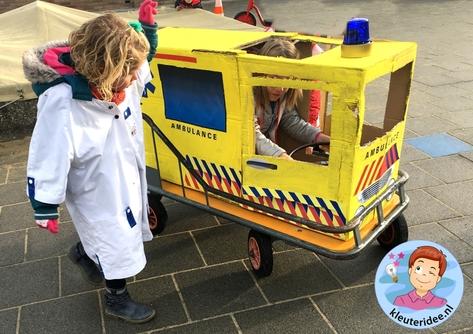 Ambulance spelen met kleuters, thema ziek, kleuteridee 6.