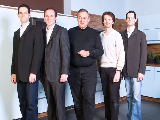 Peter Max und seine Söhne.