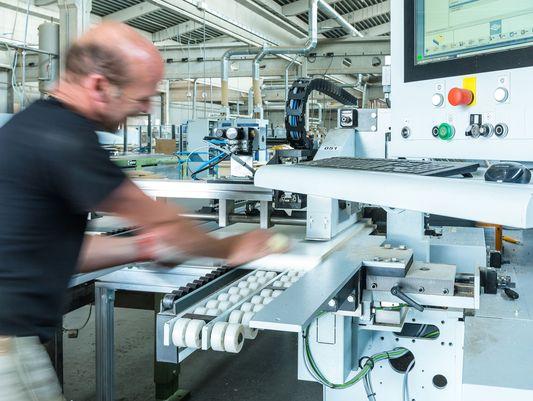 Moderne CNC Maschinen zur Maßmöbelproduktion.