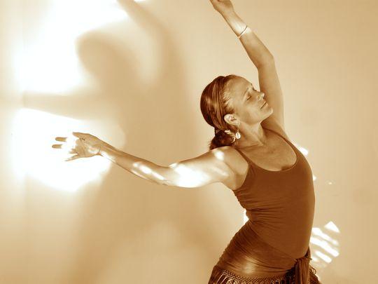Eine tanzende Frau, die ihrer Trauer Bewegung verleiht