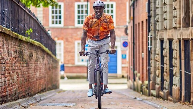 A man riding the Raleigh Motus ebike through the city
