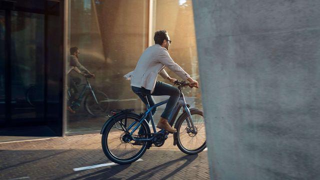 Man op e-bike D-burst van Sparta fietst achter muur langs