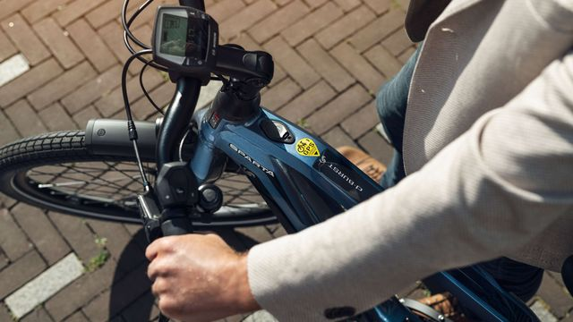 Stuur van blauwe e-bike van Sparta