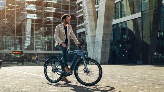 Man met e-bike D-Burst van Sparta voor kantoor