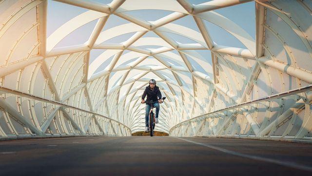 Man fietst op e-bike van Sparta in tunnel