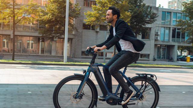 Man fietst op de E-Burst e-bike van Sparta in de stad
