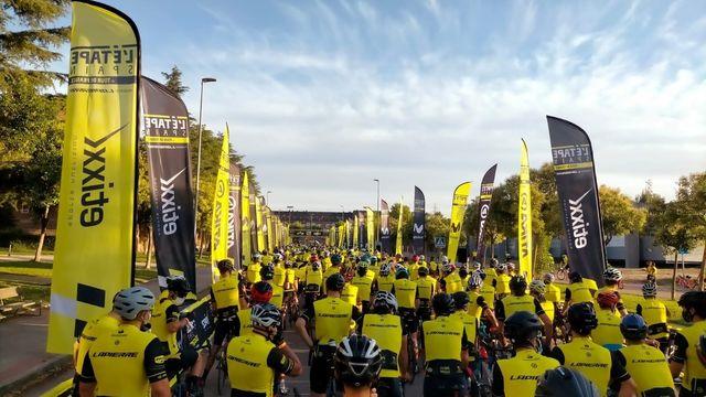 Varios ciclistas aglomerados en la salida de L'Etape