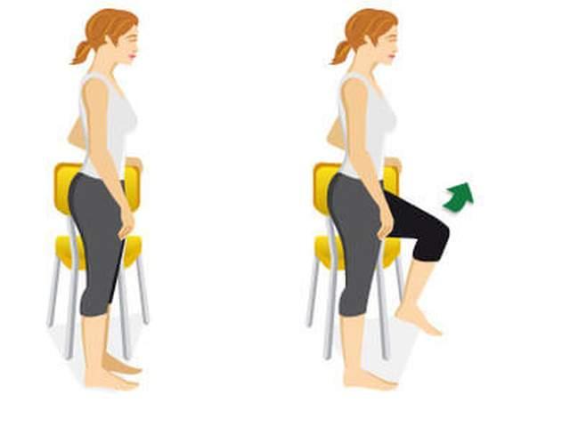 Frau hält sich an Stuhllehne fest und zeiht linkes Knie nach oben