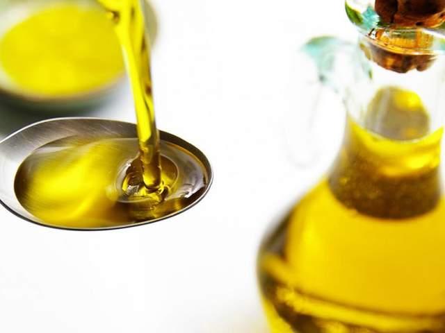 Pflanzenöl auf einem Teelöffel