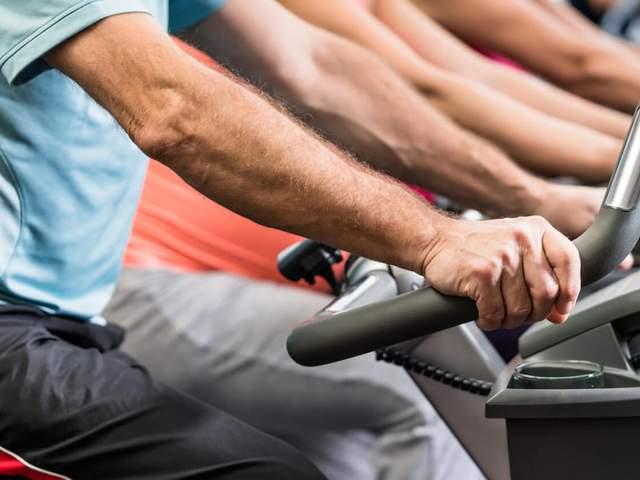 Ergometer in einem Fitnessstudio