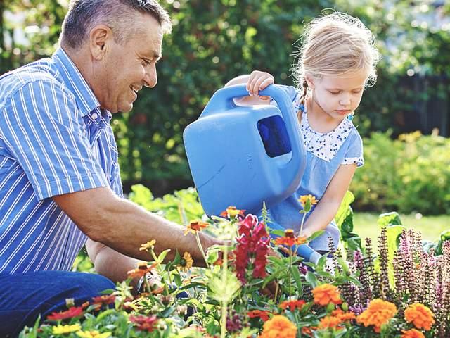 Gartenarbeit mit Enkelin hält fit