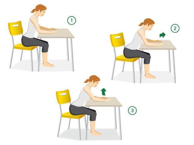 Frau sitzt am Tisch und hebt kontrolliert ihre Arme