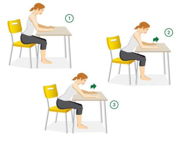 Frau sitzt auf Stuhl und bewegt Arme auf einem Tisch