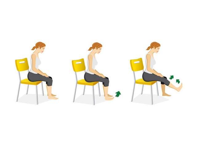 Frau sitzt auf Stahl macht eine Kraftübung für die Oberschenkel