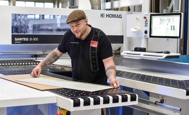 P.MAX Tischler bei der Arbeit mit modernsten Maschinen.
