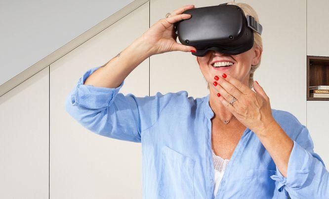 Frau entdeckt ihre neue P.MAX Einrichtung in der virtuellen Realität.