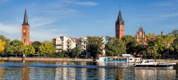 Schiffe fahren auf Treptow-Kanal in Berlin-Köpenick