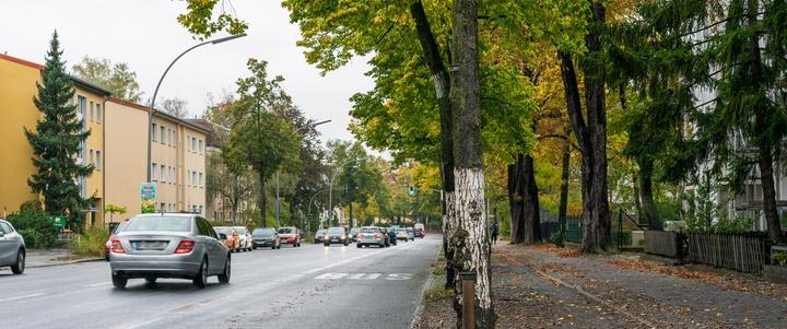 Verkehr auf einer Straße in Berlin-Steglitz