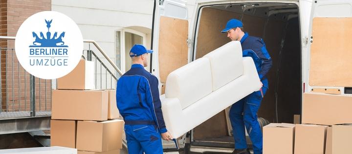 Umzugshelfer tragen Sofa aus Transporter