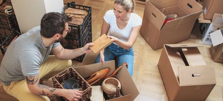 Mann und Frau packen Umzugskartons