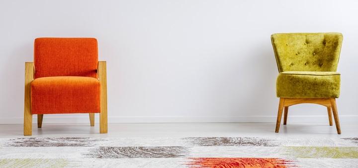 Zwei Sessel stehen vor weißer Wand