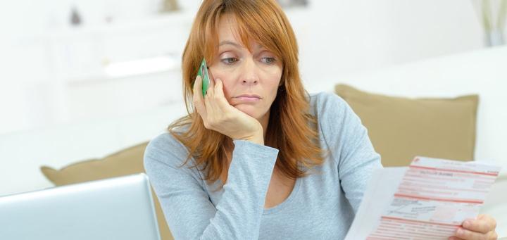 Frau grübelt über Selfstorage-Rechnung