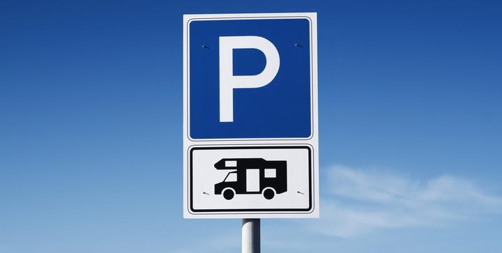 Parkplatz-Schild für Wohnmobile