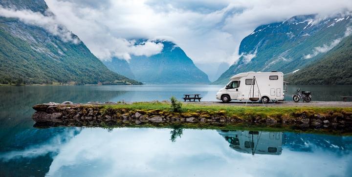 Wohnmobil parkt an einem Bergsee
