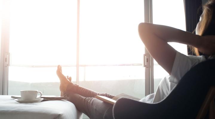 Frau lehnt sich entspannt in Sessel zurück