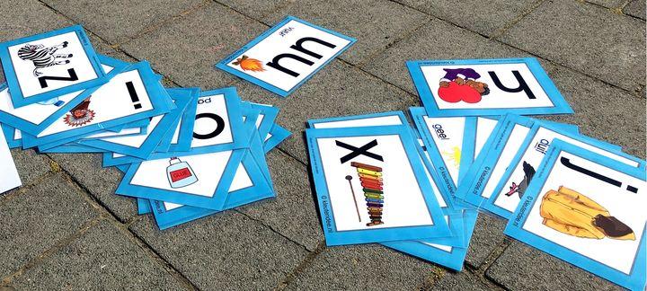 Zoek een object bij je letter, bewegend leren, kleuteridee