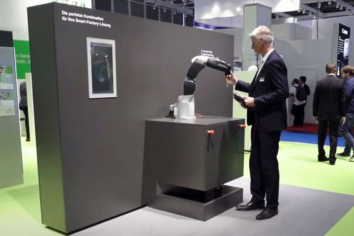 This video shows the standard robot mechanism at COMAU moving quickly and precisely using the turnkey robot controller, and interacting with users absolutely safely thanks to KeSafe.