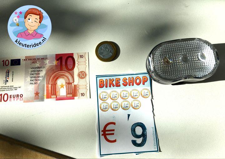 Prijskaartjes stempelen voor fietsenwinkel met kleuters, kleuteridee