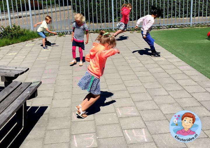 Viersprong, getal springen, bewegend leren, kleuteridee