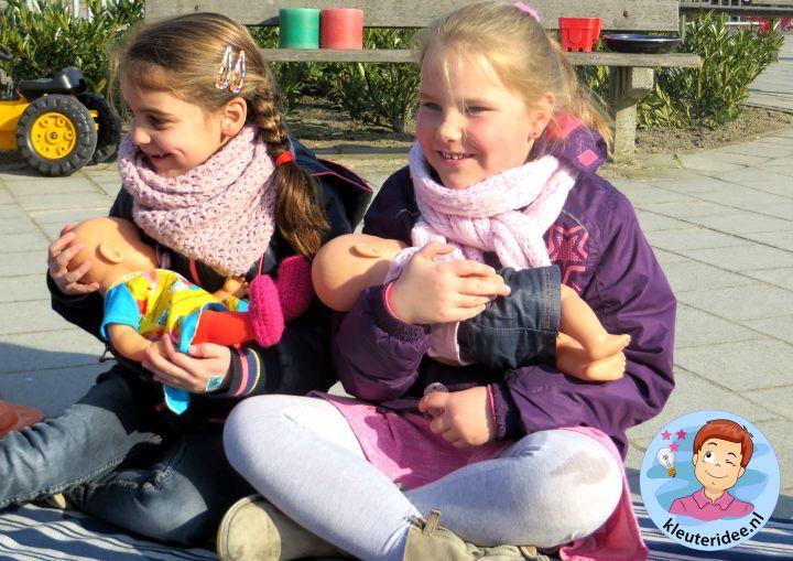 Buiten spelen met 'baby's', borstvoeding  ;), kleuteridee.nl,  thema baby voor kleuters