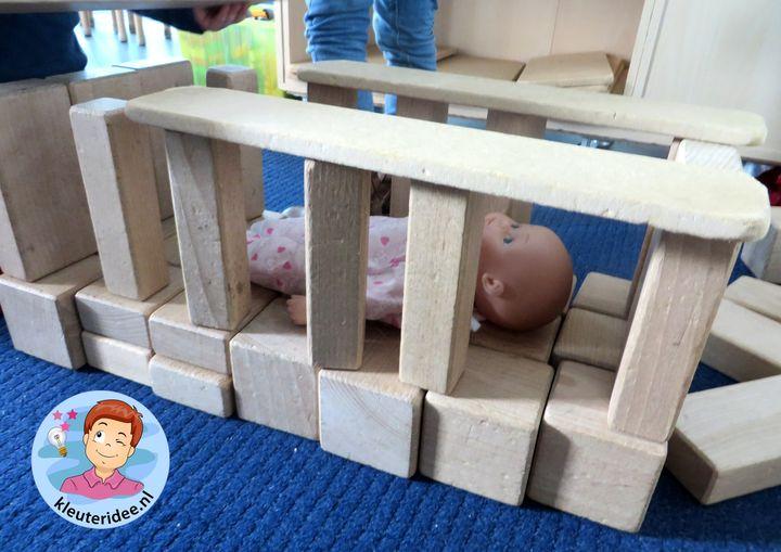 Babybed maken in de bouwhoek, thema baby voor kleuters, kleuteridee.nl, Kindergarten baby theme