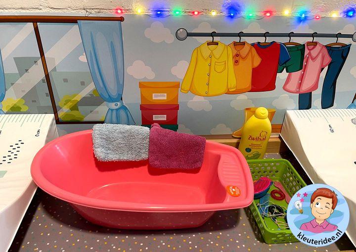 speeltafel thema kleding, thema baby, kleuteridee