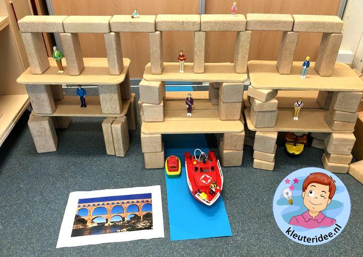 Brug bouwen in de bouwhoek, thema de haven, kleuteridee