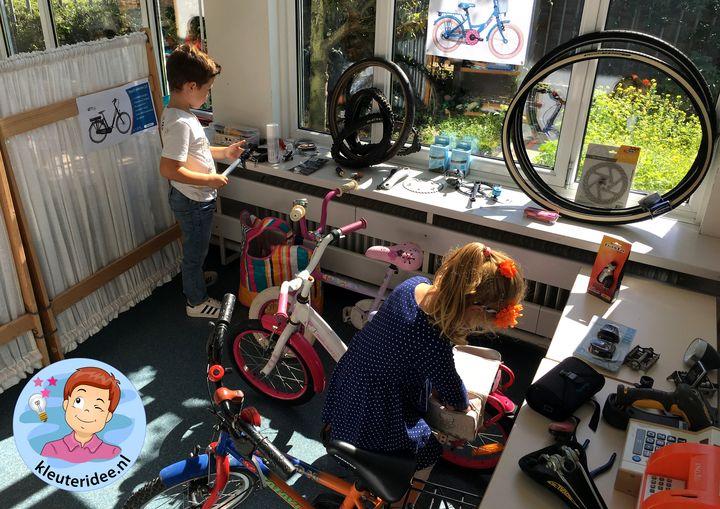 Speelhoek fietsenwinkel in de klas, kleuteridee