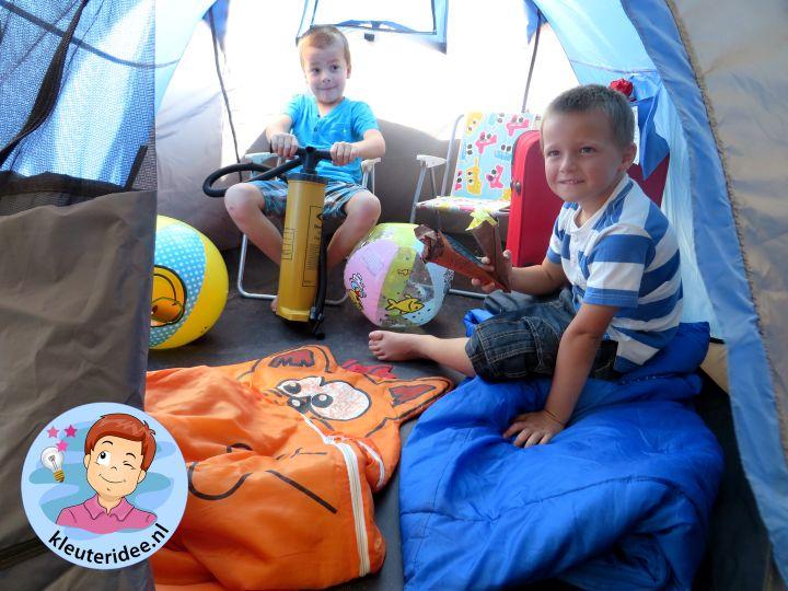 Campinghoek met tentjes, rollenspel en hoeken voor kleuters, kleuteridee.nl, preschool camping theme