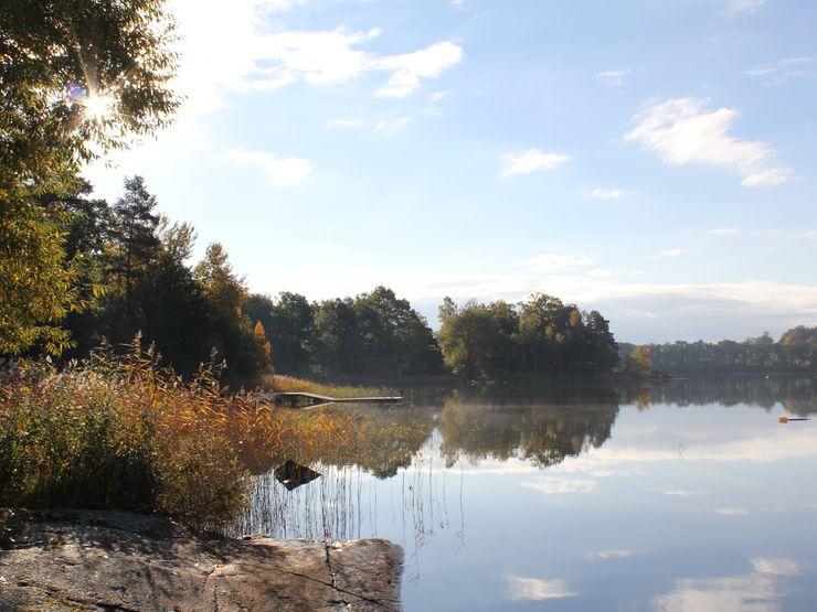 Sjön Åsunden spegelbild i vatten