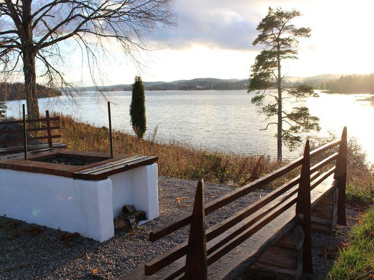 Grillplats vid sjön Åsunden i solnedgång