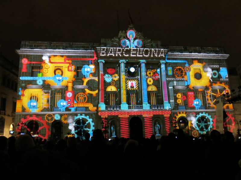 A Llum BCN light projection onto the Town Hall.