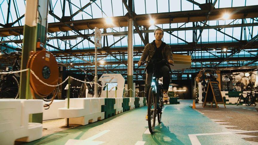Take rijdt door De Fietser in Ede op een Sparta e-bike