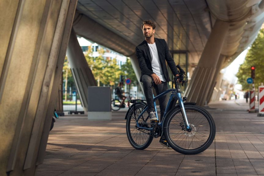 Man met Sparta e-bike D-Burst onder brug