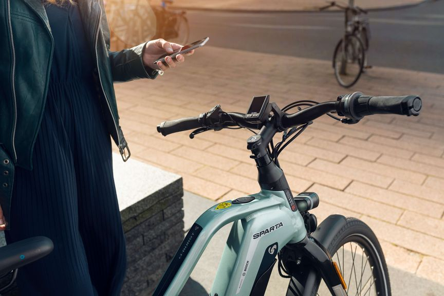 Stuur van e-bike D-Burst en vrouw met telefoon