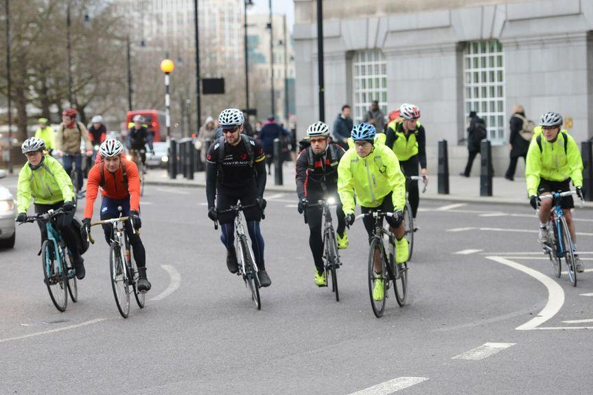 Een groep fietsers die op straat fietsen