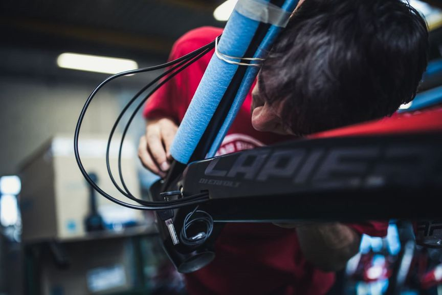 Lapierre philosophy - Handmade assembling a bike