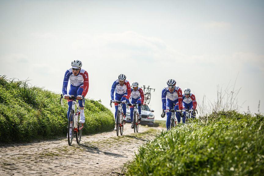 El equipo Groupama FDJ monta bicicletas de carretera Lapierre con SAT (Shock Absorbing Technology)